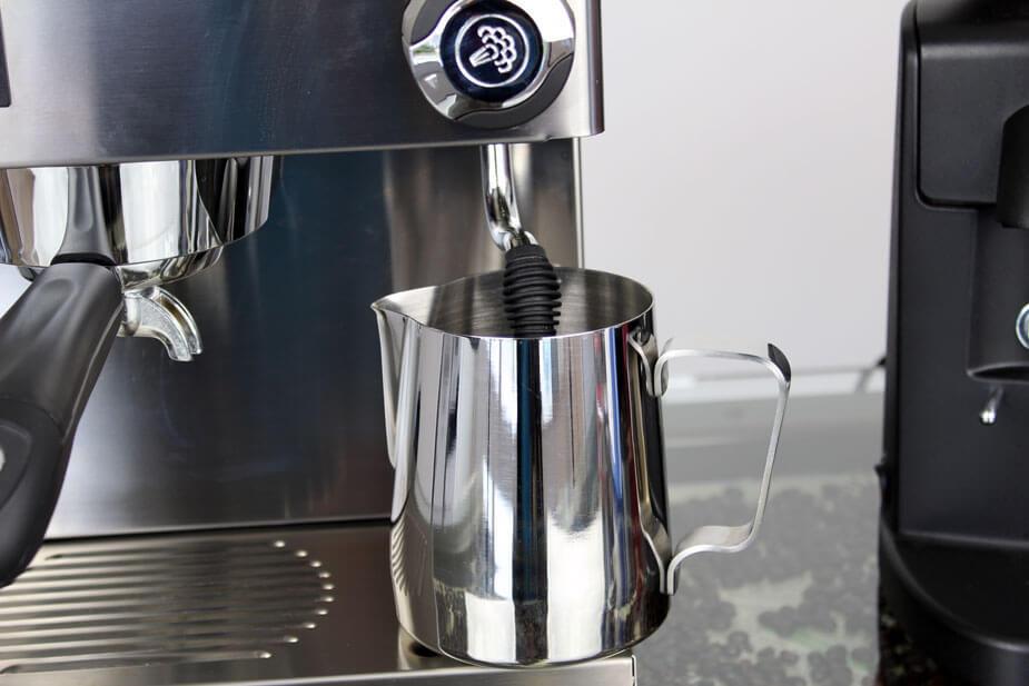 Bland cappuccino rens og vand og lad steameren stå i blød i 8 min.