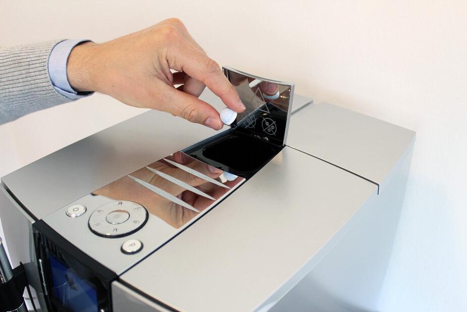 Put rensepillen i kammeret til formalet kaffe. Lad maskinen kører programmet færdigt.