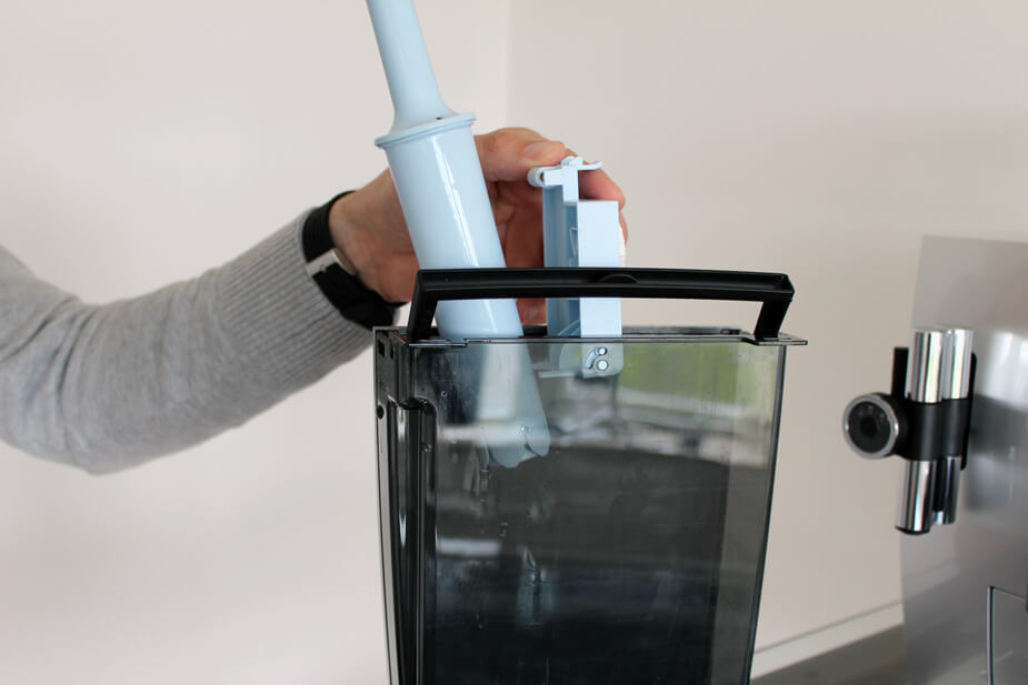 Sørg for at have en beholder klar til opsamle det beskidte vand.